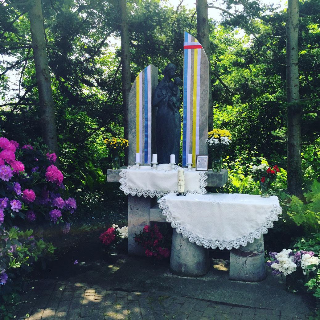 Von der polnischen Gemeinde gestalteter Altar an der Marienstele