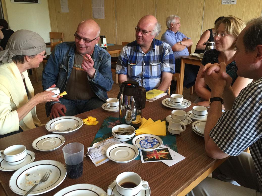 Pfr. Matthias Kaleth (Mitte) an der Kaffeetafel
