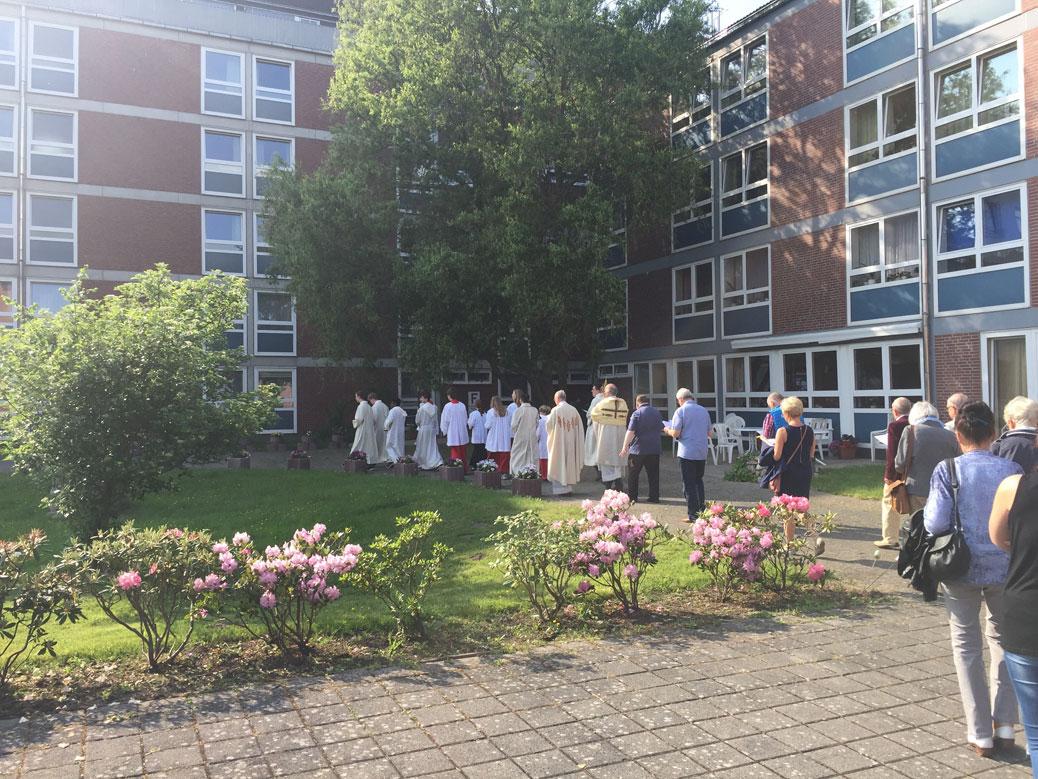 Prozession durch den Park des Altenheimes